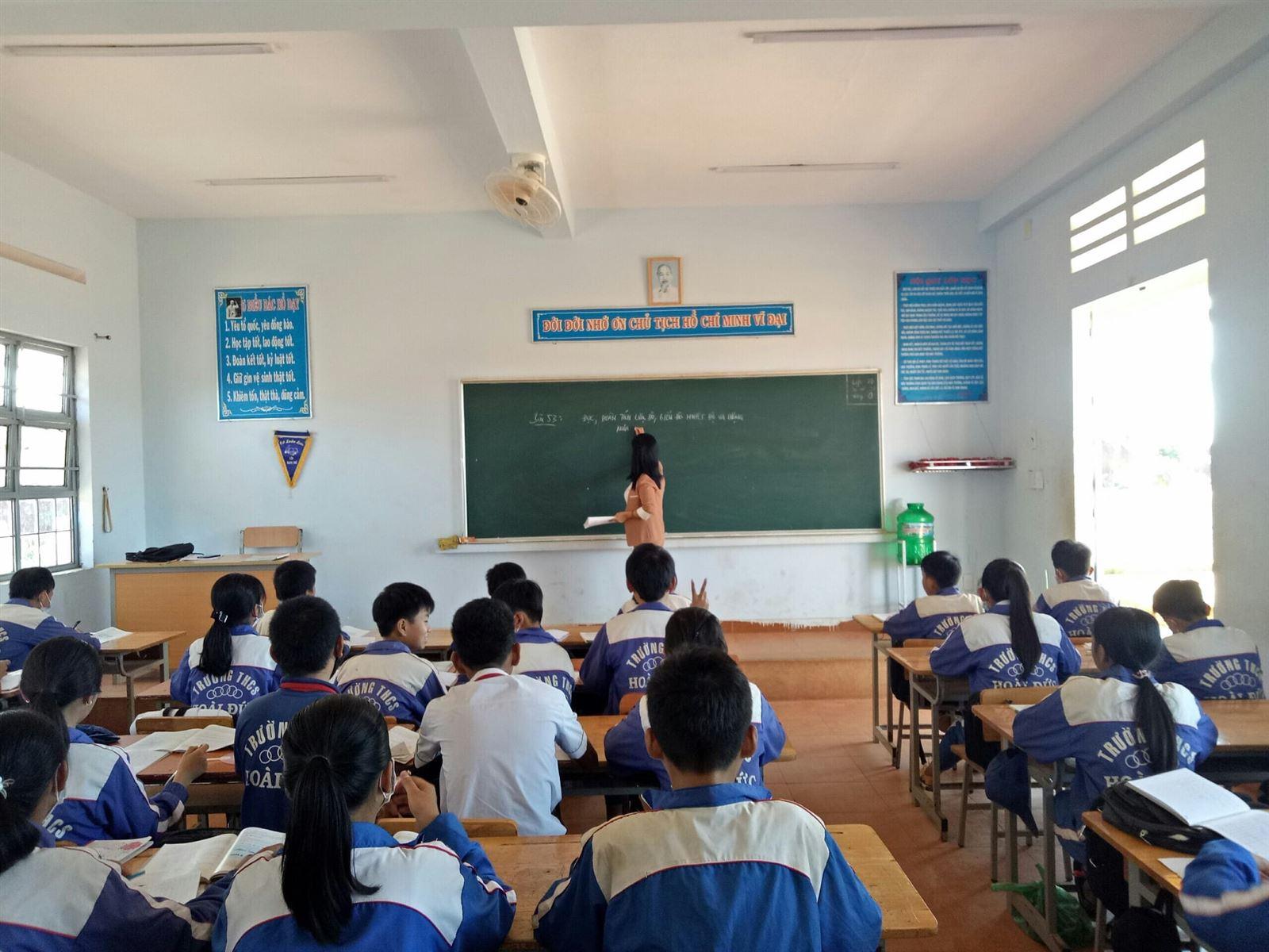 Lâm Đồng - Triển khai Công trình măng non Lớp em treo ảnh Bác Hồ chào mừng 80 năm ngày thành lập Đội TNTP Hồ Chí Minh (15/5/1941-15/5/2021)