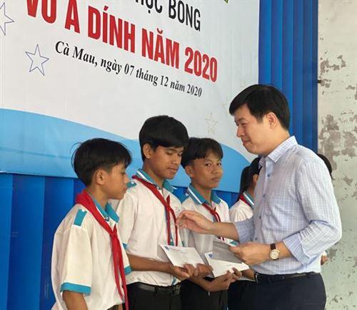 Hội đồng Đội Trung ương trao 20 suất học bổng Vừ A Dính cho học sinh tỉnh Cà Mau