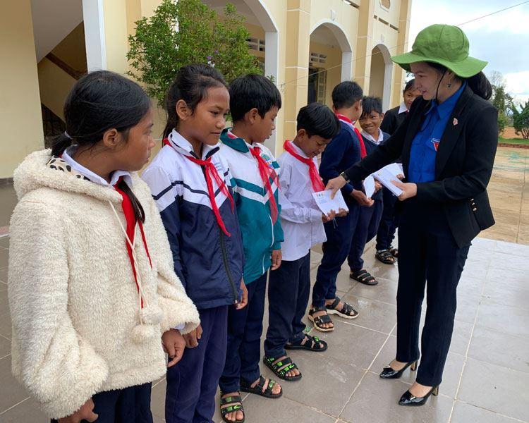 Lâm Đồng tổ chức chương trình San sẻ yêu thương – tiếp bước đến trường cho học sinh vùng sâu