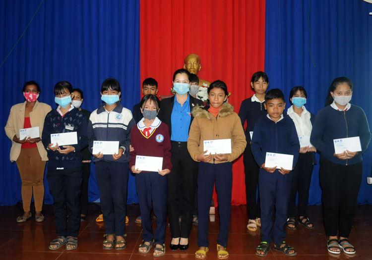 Lâm Đồng - Tổ chức trao Học bổng Vừ A Dính cho học sinh tại Đức Trọng