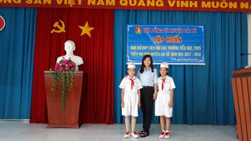 """Tiền Giang: Cô giáo Trần Hoàng Khanh nhận Giải thưởng """"Cánh én hồng"""" năm 2021"""