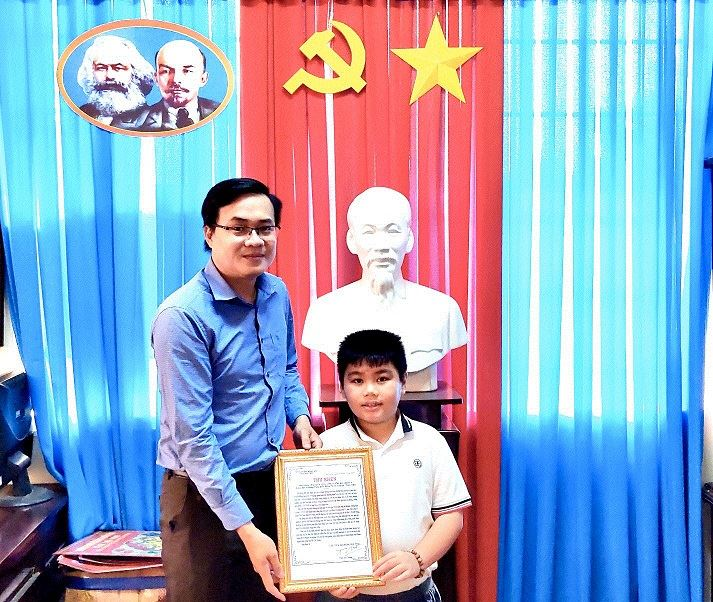 Hội đồng Đội tỉnh Trà Vinh trao thư khen cho Đội viên tiêu biểu em Nguyễn Gia Phát, lớp 4/2 trường Tiểu học Hiếu Tử C, huyện Tiểu Cần