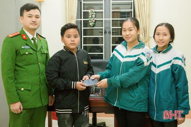 2 nữ sinh Hà Tĩnh nhặt được iPhone 6, nhờ công an tìm người đánh rơi