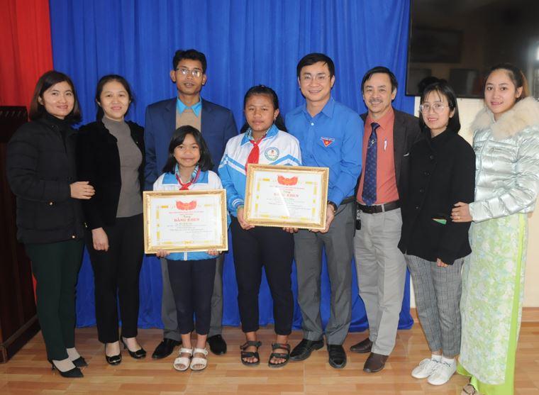 Lâm Đồng: Tặng bằng khen cho 2 học sinh nhặt của rơi trả người đánh mất