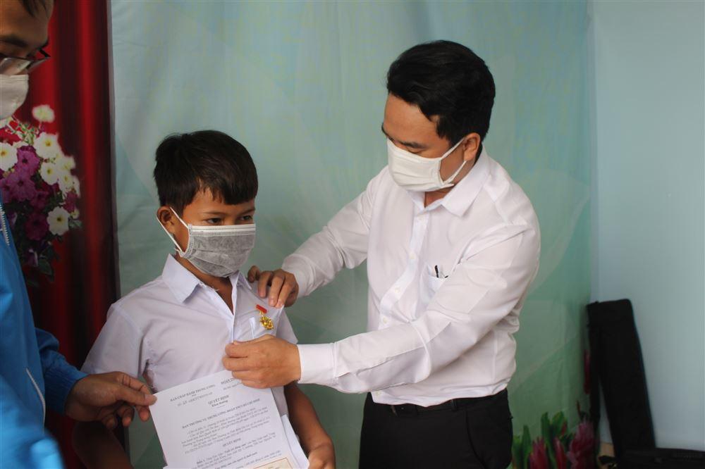 """Gia Lai: Trao tặng Huy hiệu """"Tuổi trẻ dũng cảm"""" của Ban Chấp hành Trung ương Đoàn cho học sinh có hành động dũng cảm cứu bạn bị đuối nước"""