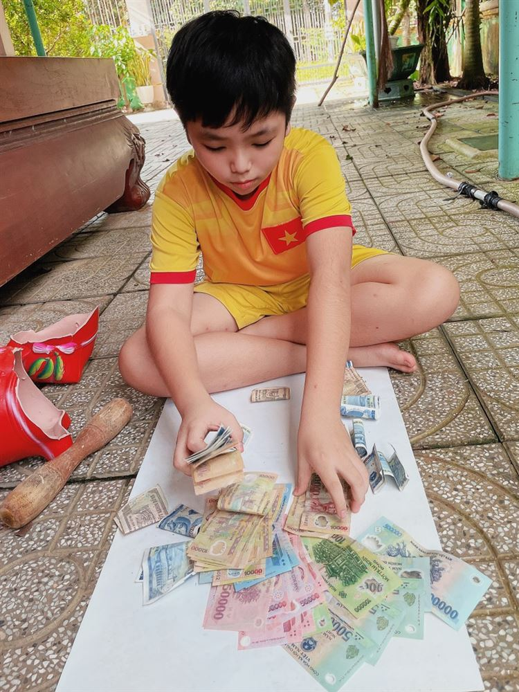 Bình Phước: Bé trai 12 tuổi mổ heo đất mua găng tay và khẩu trang y tế gửi tặng chốt phòng, chống Covid-19