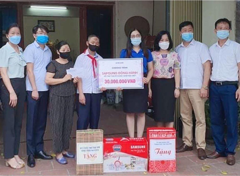 Thái Nguyên: Tặng quà học sinh có hoàn cảnh khó khăn