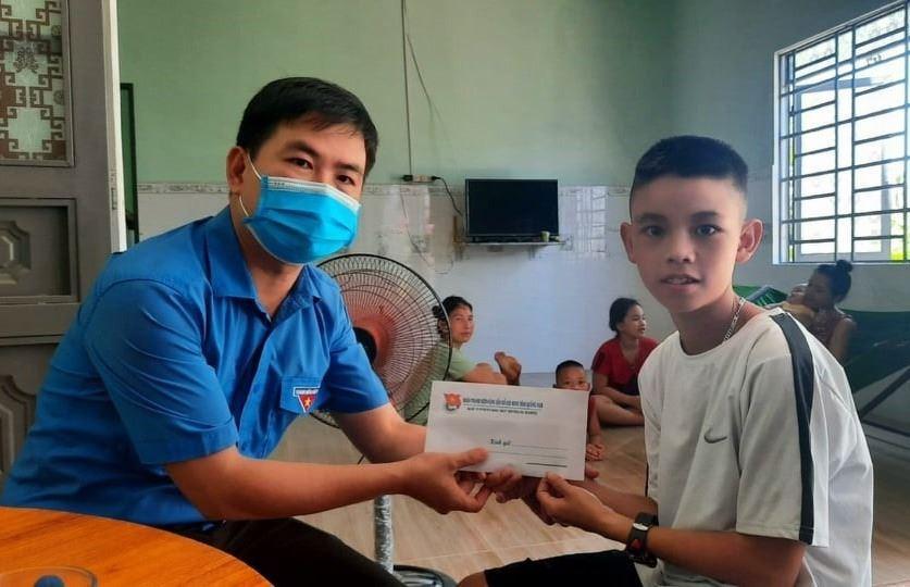 Hội đồng Đội tỉnh Quảng Nam trao 210 suất học bổng cho học sinh mồ côi từ chương trình Bạn không đơn độc