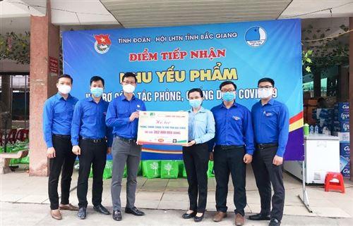 Tặng quà con em công nhân, lực lượng tuyến đầu chống dịch ở Bắc Giang