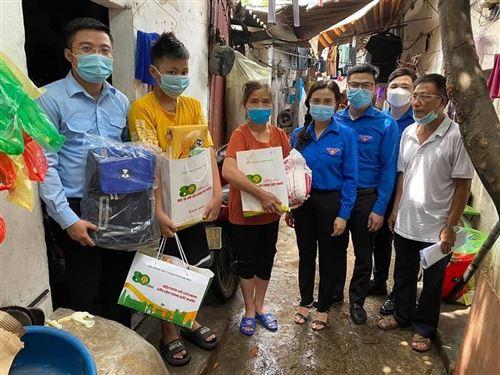 Thăm, tặng quà cho thiếu nhi có hoàn cảnh khó khăn bị ảnh hưởng bởi dịch bệnh Covid-19 tại P. Phúc Xá, Q. Ba Đình, TP. Hà Nội