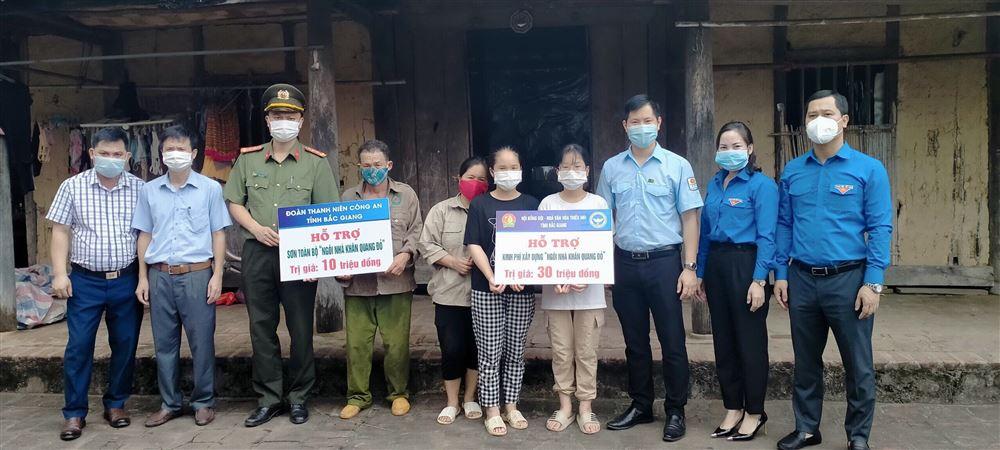 """Bắc Giang:  Hội đồng Đội tỉnh hỗ trợ gia đình Đội viên có hoàn cảnh khó khăn xây dựng """"Ngôi nhà khăn quàng đỏ""""."""
