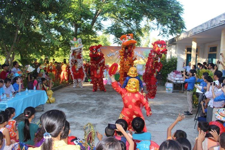 Hội đồng Đội tỉnh Quảng Bình tổ chức vui Trung thu cho các em thiếu nhi khuyết tật