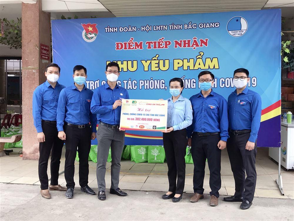 """Hội đồng Đội Trung ương: Chương trình tặng quà cho các em Đội viên tỉnh Bắc Giang đang phải chịu ảnh hưởng bởi dịch Covid-19 nhân """"Tháng hành động vì trẻ em"""" năm 2021."""