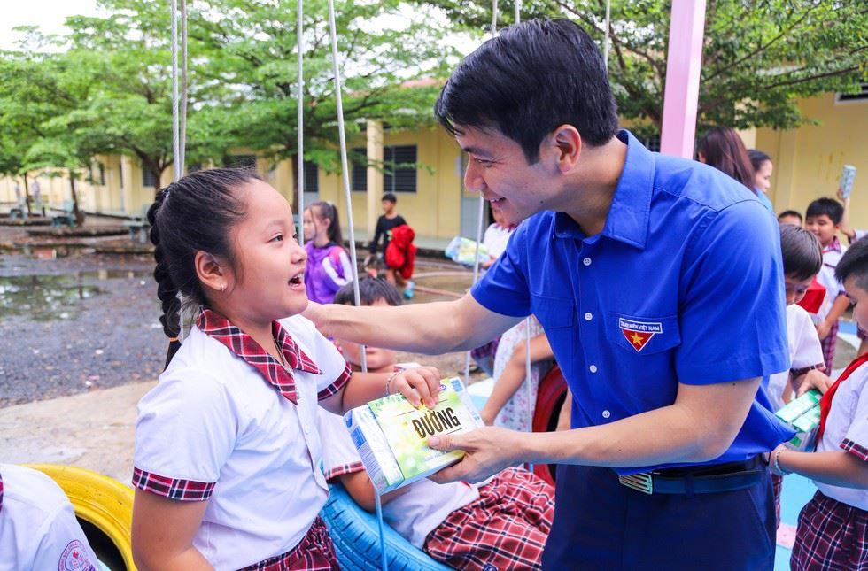 Nụ cười hạnh phúc của trẻ em trong lễ khánh thành sân chơi thiếu nhi vùng biên