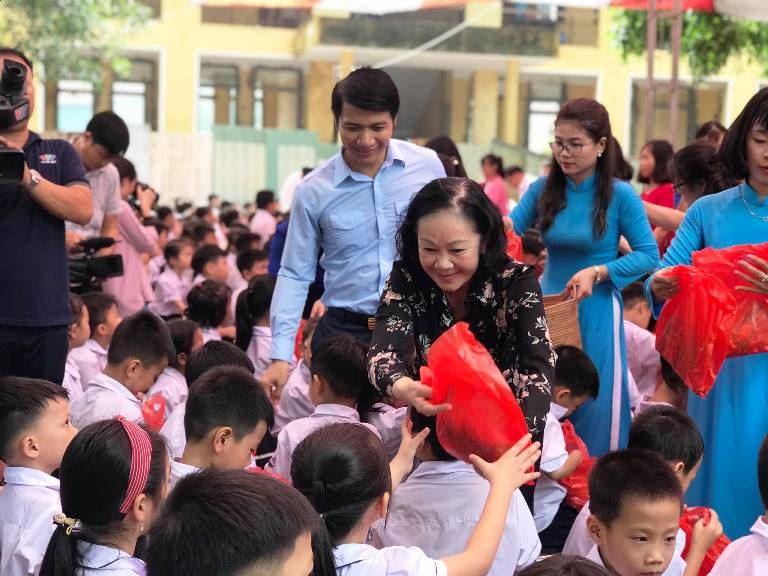 Tặng quà thiếu nhi có hoàn cảnh khó khăn tại Trường tiểu học Phú Nghĩa, Hà Nội nhân dịp Tết Trung 2020