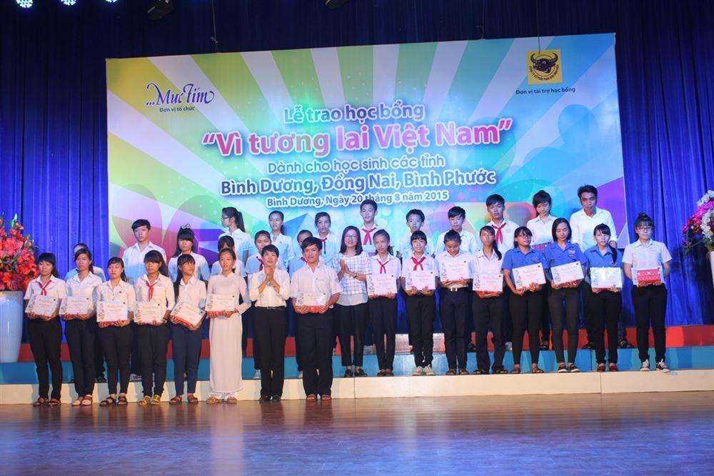 """Bình Dương: Trao học bổng """"Vì tương lai Việt Nam"""" năm 2015 cho 100 học sinh"""