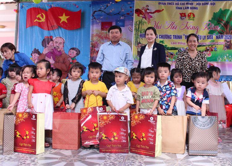 Lâm Đồng - Tổ chức chương trình Vui hội trăng Rằm và hưởng ứng chương trình Một triệu ly sữa cho trẻ em xã Lộc Nam, huyện Bảo Lâm