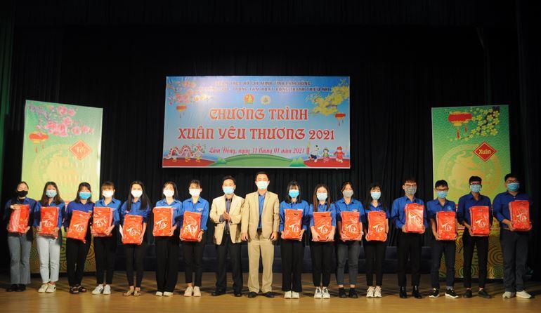 Lâm Đồng - Trao quà tết cho học sinh, sinh viên có hoàn cảnh khó khăn nhân dịp Tết nguyên đán 2021