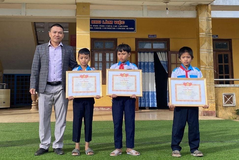 Hội đồng Đội tỉnh tặng giấy khen 3 học sinh cõng bạn đến trường