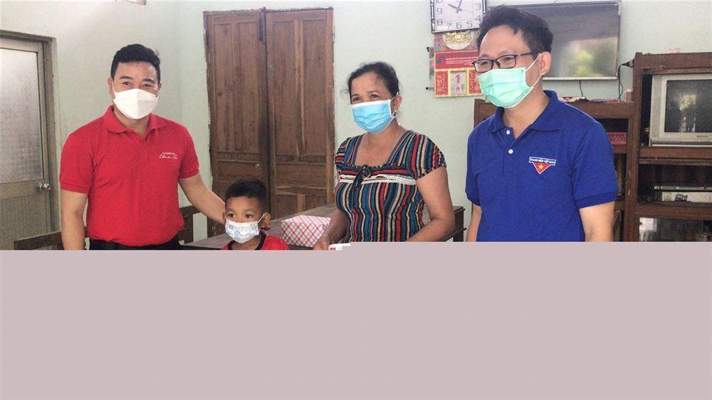 Tỉnh đoàn Trà Vinh thăm, tặng quà cho trẻ em mồ côi do dịch bệnh Covid-19