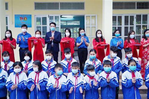 Trao tặng thư viện sách thiếu nhi tại trường THCS Đức Long, huyện Hòa An, tỉnh Cao Bằng